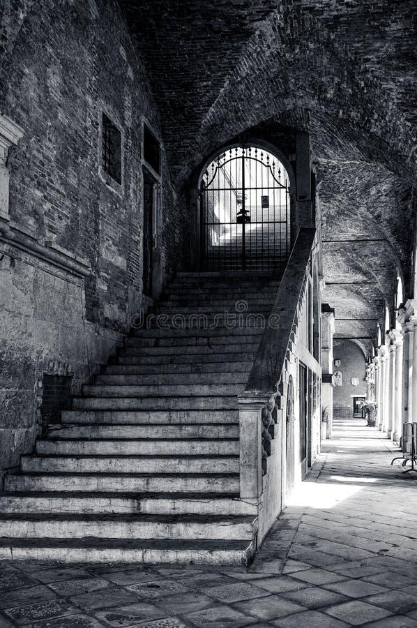 Escalera con los pasos de piedra al nivel superior de la basílica de Palladian en la ciudad de Vicenza en Italia en monocromo imagen de archivo libre de regalías