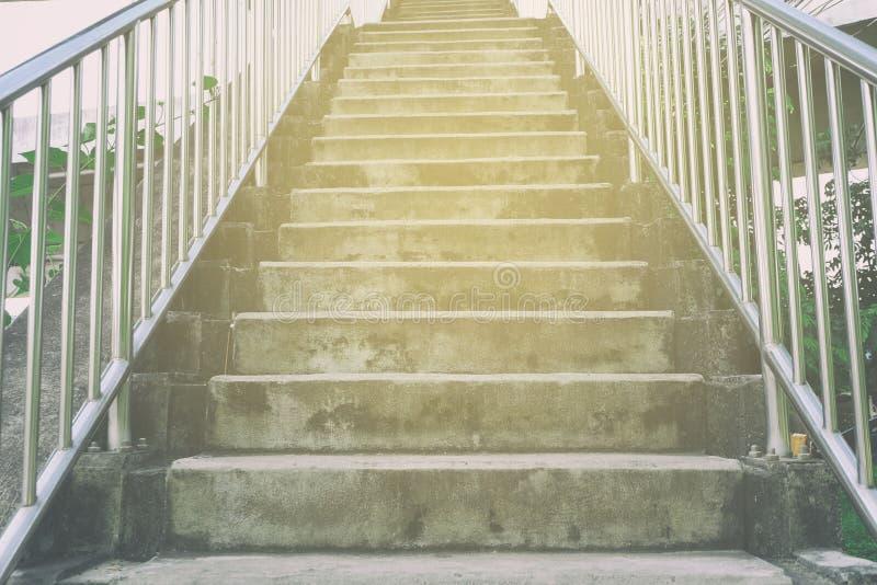 Escalera concreta del paso superior con el escape ligero imagen de archivo