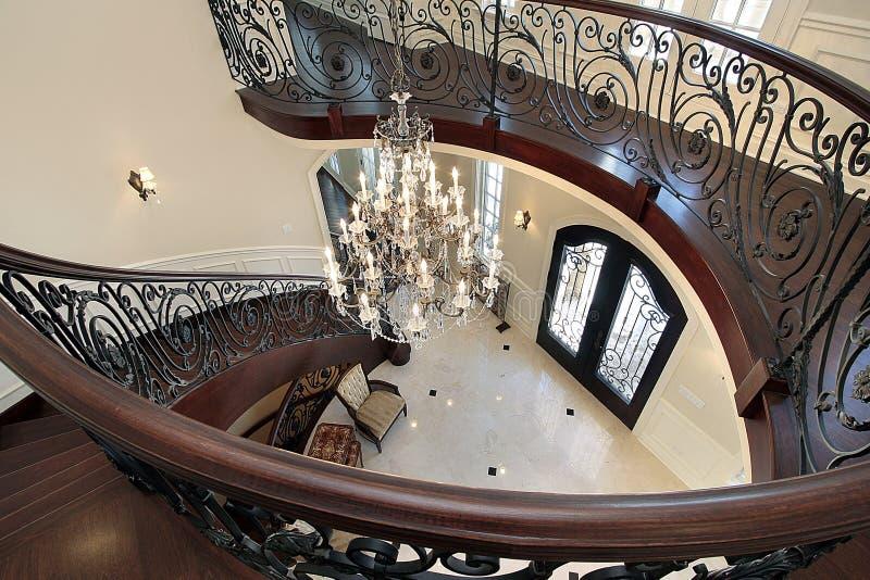 Escalera curvada que lleva abajo en salón fotografía de archivo