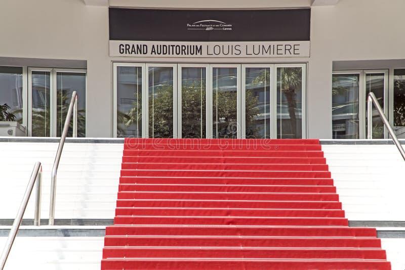Escalera de la alfombra roja del auditorio magn?fico el 5 de julio 2015 en Cannes, Francia foto de archivo
