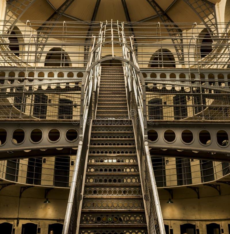 Escalera de la construcción de la estructura de acero del vintage dentro del edificio fotografía de archivo libre de regalías