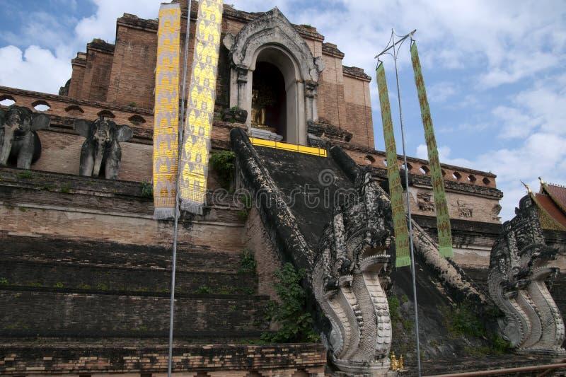 Escalera de la entrada al stupa en Wat Chedi Luang fotografía de archivo libre de regalías
