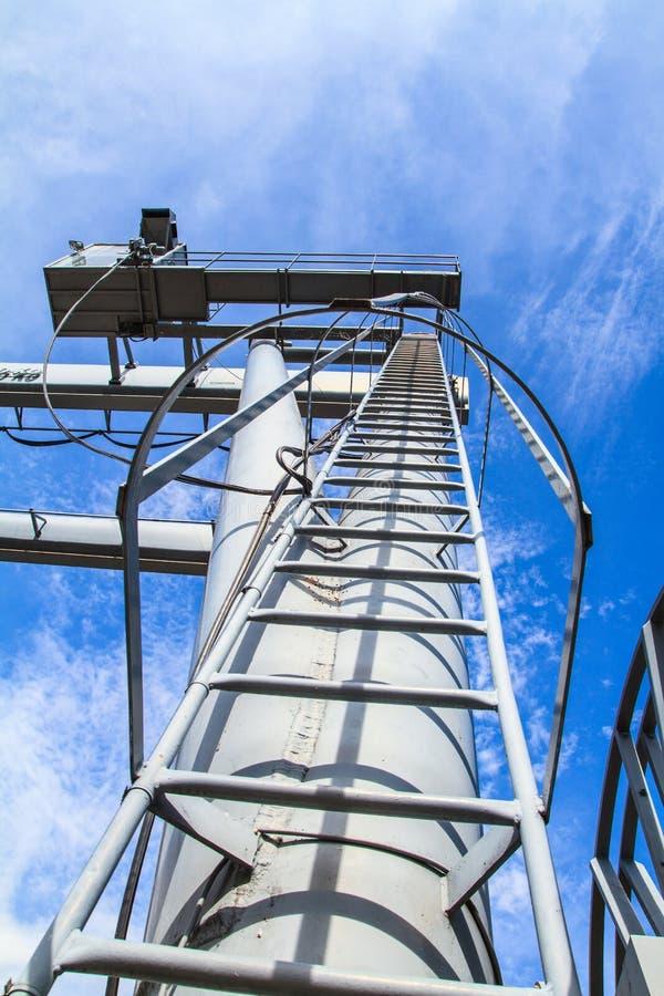 Escalera de la grúa y cielo azul foto de archivo
