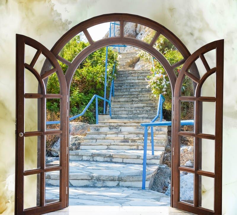 Escalera de la puerta abierta foto de archivo libre de regalías