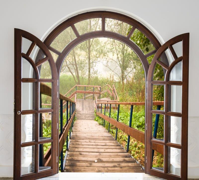 Escalera de la puerta abierta fotos de archivo