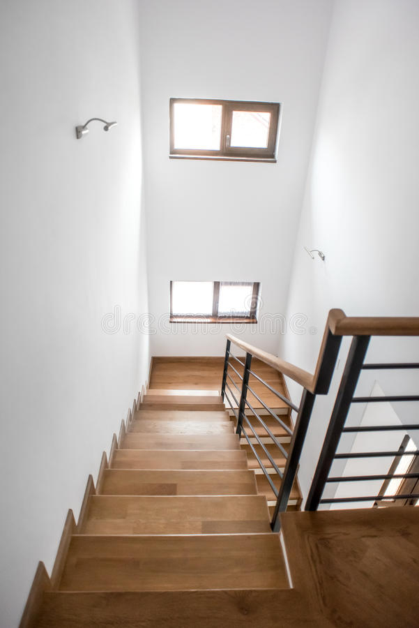 Escalera de la sala de estar, diseño interior minimalista moderno Escalera de madera con los elementos metálicos en la mansión pr foto de archivo libre de regalías