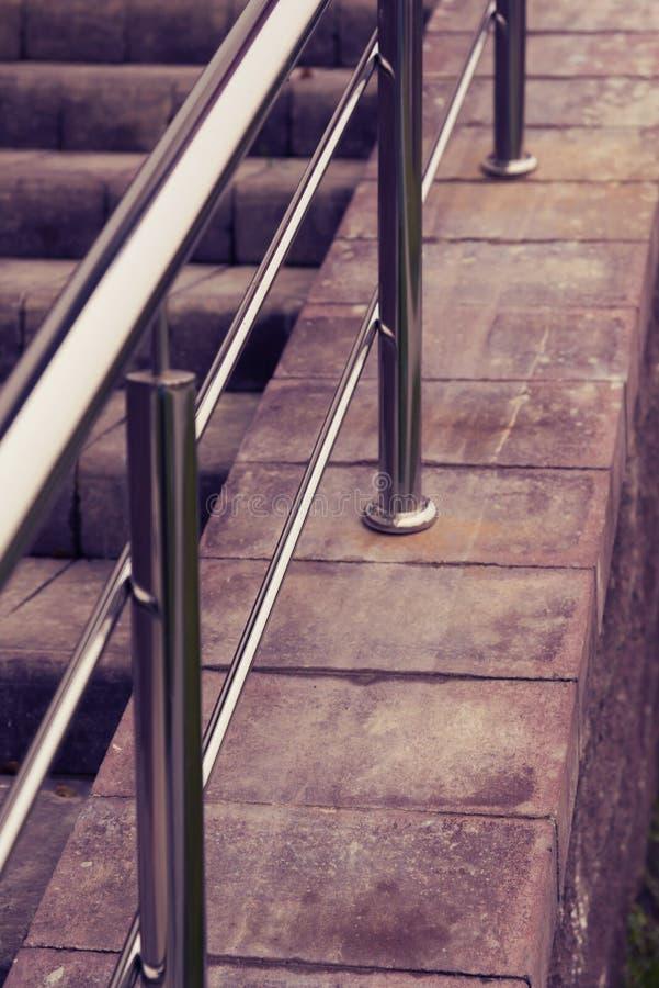 Escalera de la teja con la barandilla del metal imagen de archivo