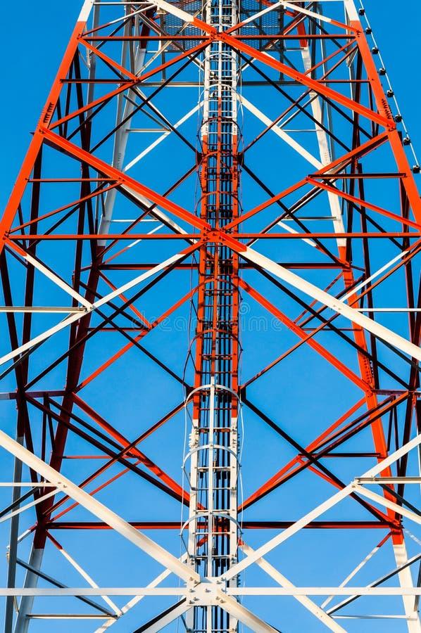 Escalera de la torre de comunicación imagen de archivo