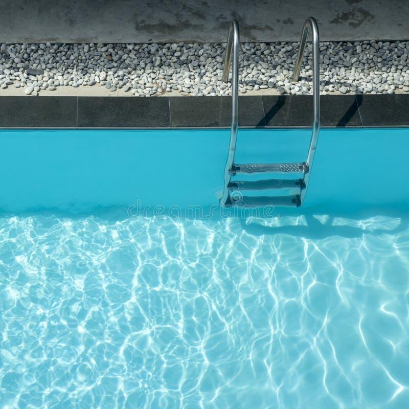 Escalera de las barras de gancho agarrador en piscina fotos de archivo libres de regalías