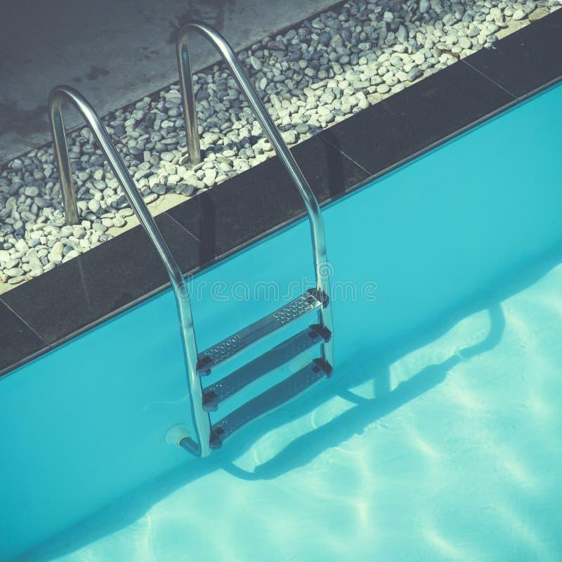 Escalera de las barras de gancho agarrador en piscina fotografía de archivo libre de regalías
