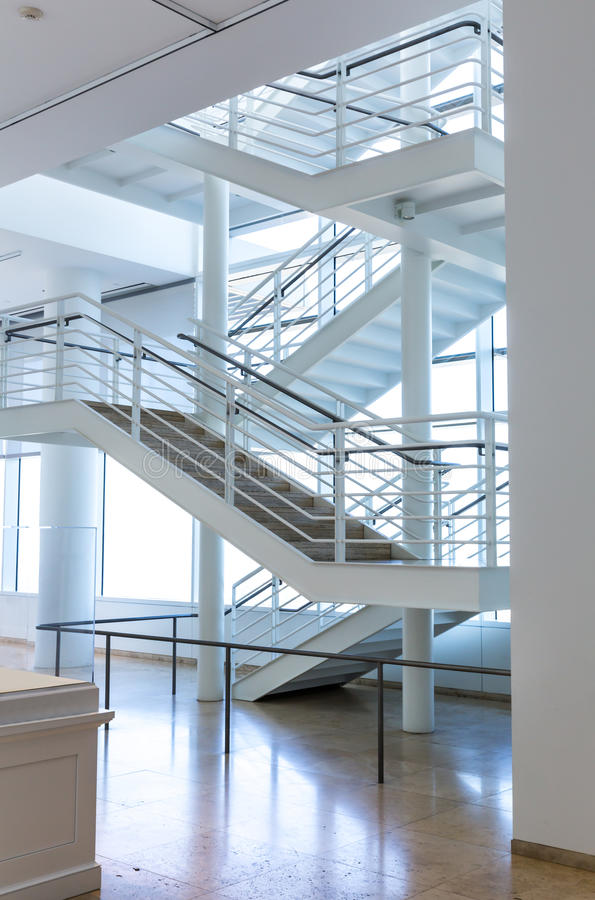 Escalera de mármol del piso y del metal De alta tecnología foto de archivo libre de regalías