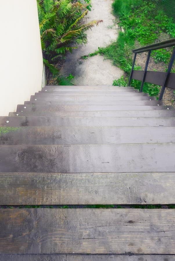 Escalera de madera al aire libre con la barandilla abajo imágenes de archivo libres de regalías