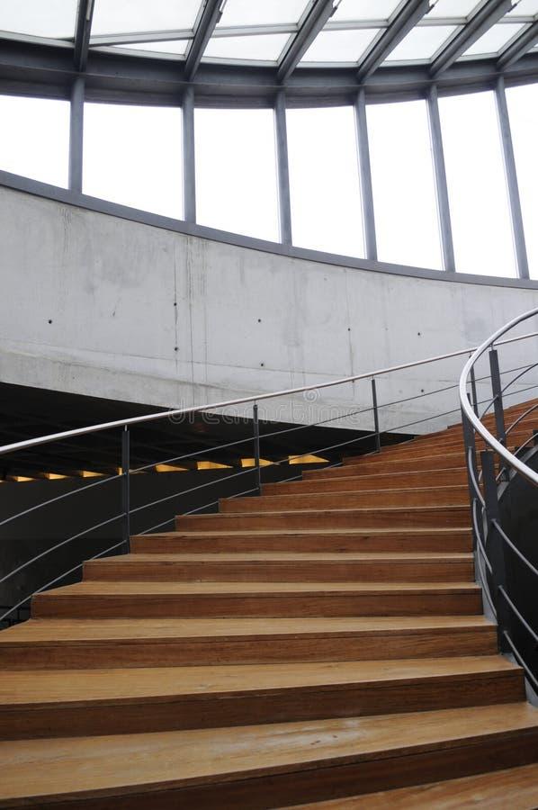 Escalera de madera curvada fotos de archivo