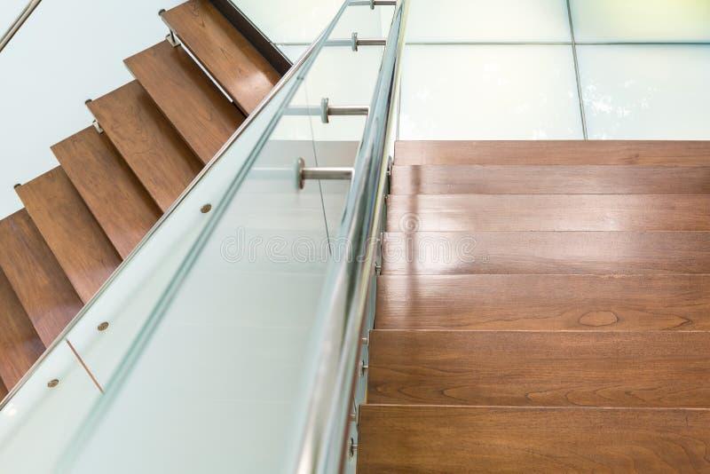 Escalera de madera del estilo moderno foto de archivo libre de regalías