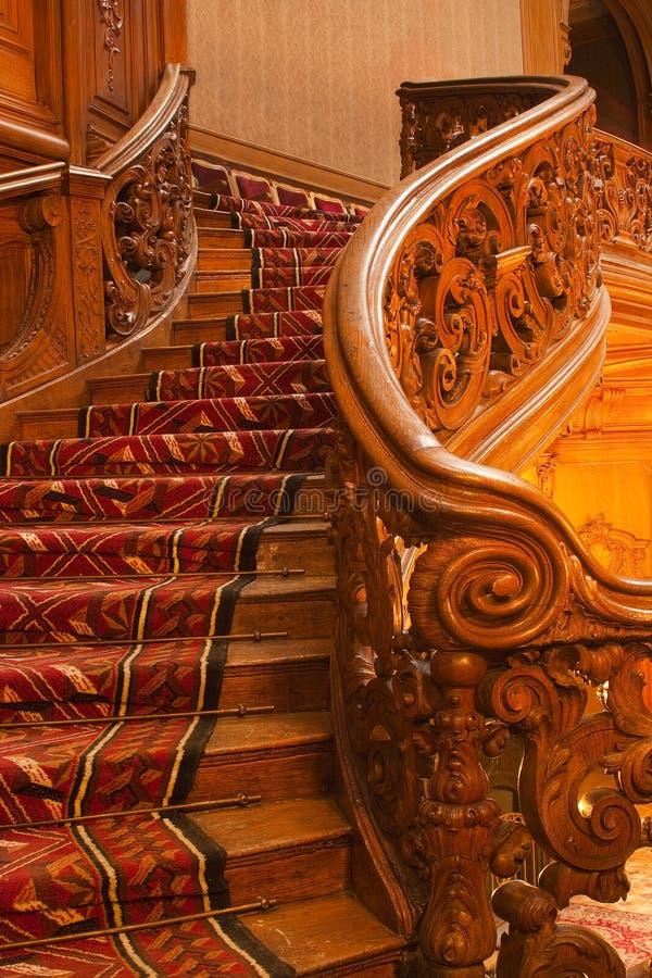 Escalera de madera en palacio rico foto de archivo
