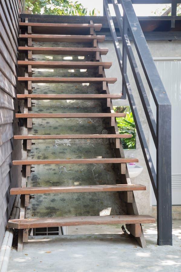 Escalera de madera marr n exterior con la barandilla del - Barandilla madera exterior ...