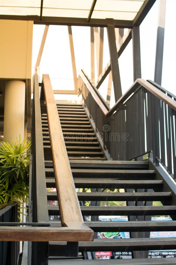 Escalera de madera moderna hermosa e interior blanco imagen de archivo