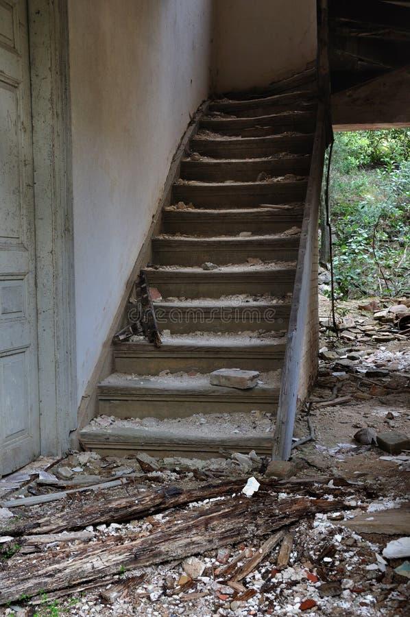 Escalera De Madera Vieja Y Suelo Sucio Fotos De Archivo