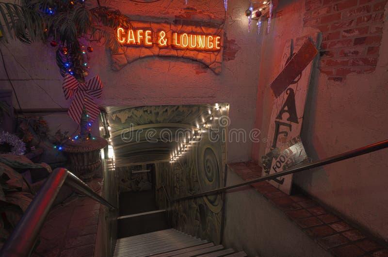 Escalera de neón decorativa fotos de archivo