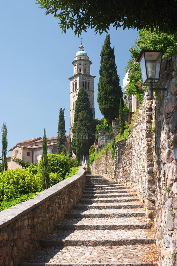 Escalera de piedra a la iglesia imagenes de archivo