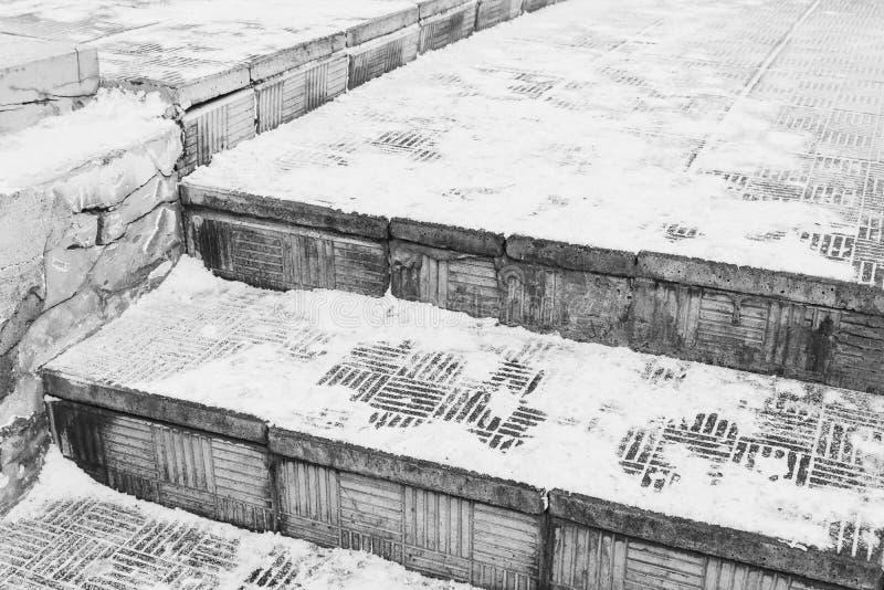 Escalera de piedra peligrosa debajo de la nieve en invierno fotografía de archivo libre de regalías