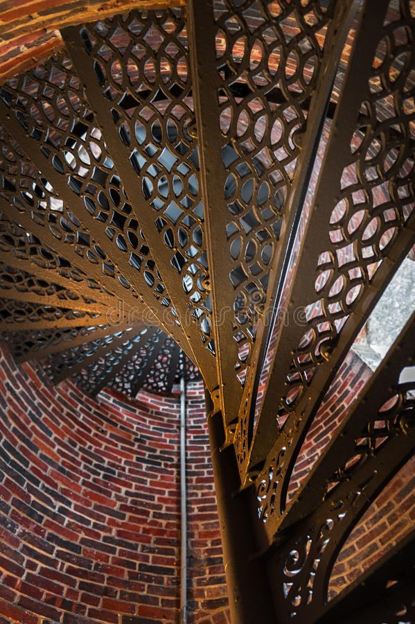 Escalera de Sprial del metal de debajo imágenes de archivo libres de regalías
