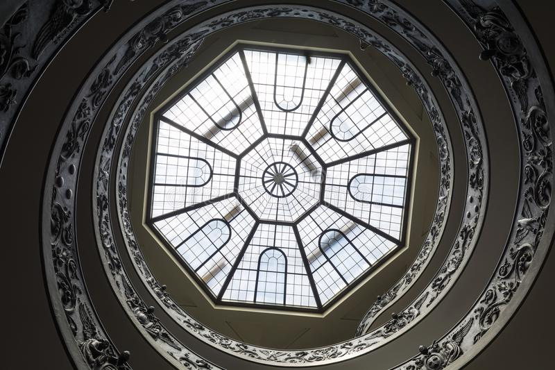 Escalera del doble hélice en el museo del Vaticano imagenes de archivo