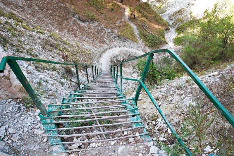 Escalera del hierro en la montaña imágenes de archivo libres de regalías