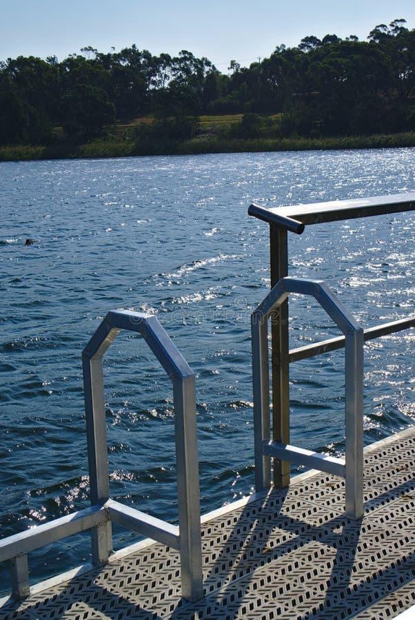 Escalera del metal a regar y tenedor de caña de pescar imagenes de archivo