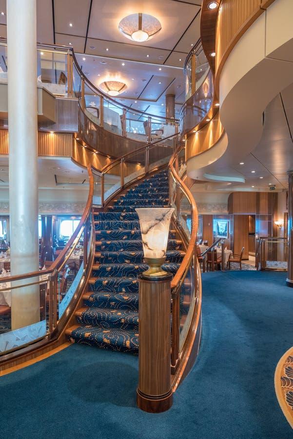 Escalera del restaurante del RMS Queen Mary 2 Britannia foto de archivo libre de regalías