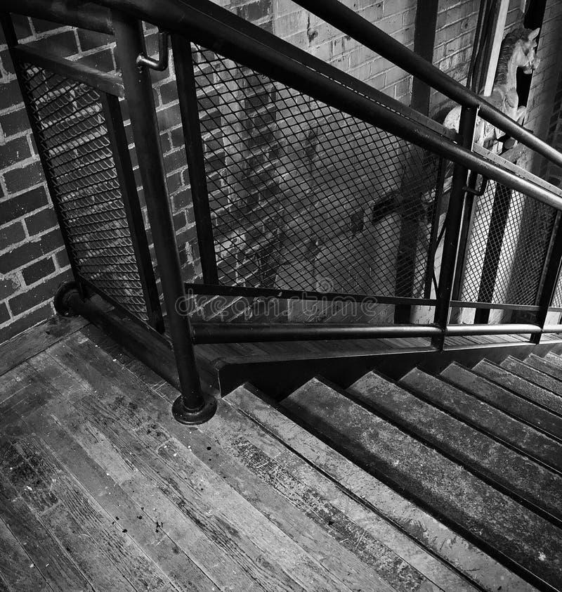 Escalera del vintage en molino viejo fotografía de archivo