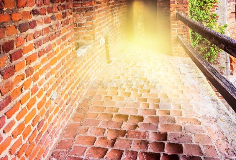 Escalera dentro del castillo del donde vemos la luz en el final foto de archivo