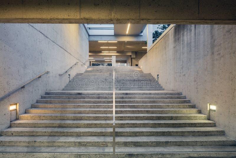 Escalera dentro del museo de arte de Oakland fotos de archivo