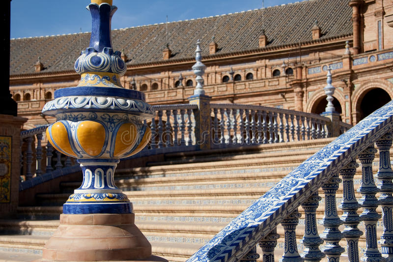 Escalera en el cuadrado español imagenes de archivo
