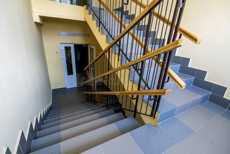 Escalera en el edificio residencial Interior con cercar con barandilla de las escaleras imagen de archivo