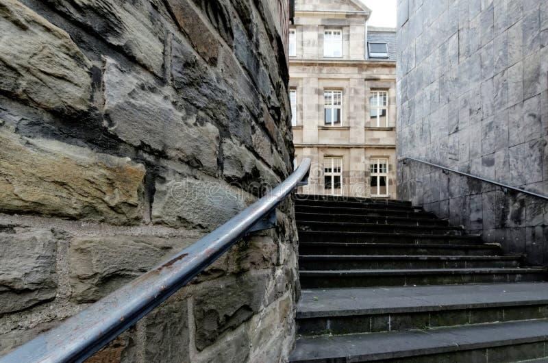 Escalera en la ciudad vieja del cologne fotos de archivo