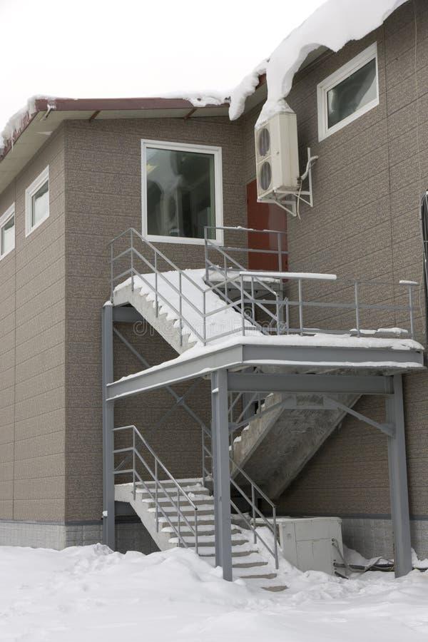 Escalera en nieve en la segunda planta foto de archivo