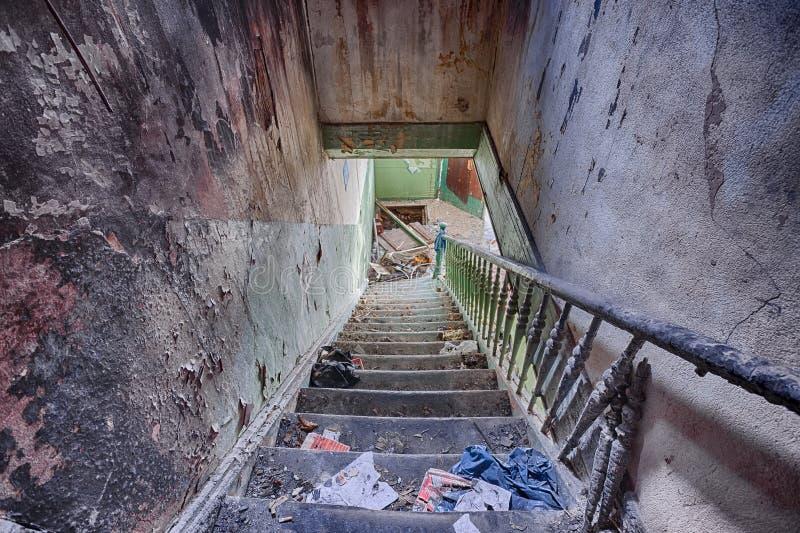 Escalera en una casa abandonada fotos de archivo
