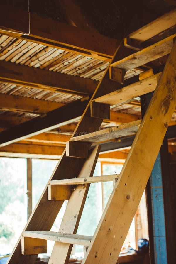 Escalera en una casa inacabada foto de archivo libre de regalías