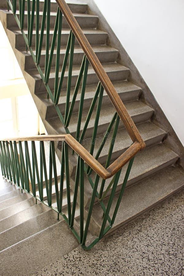 Escalera en vestíbulo en el edificio fotografía de archivo libre de regalías