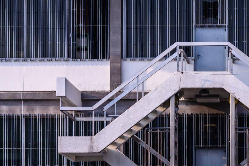 Escalera entre el piso del edificio de la fábrica foto de archivo libre de regalías