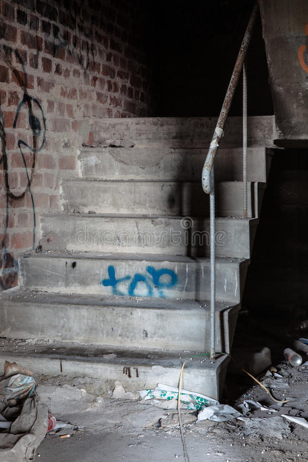 Escalera espeluznante en almacén abandonado imagen de archivo libre de regalías