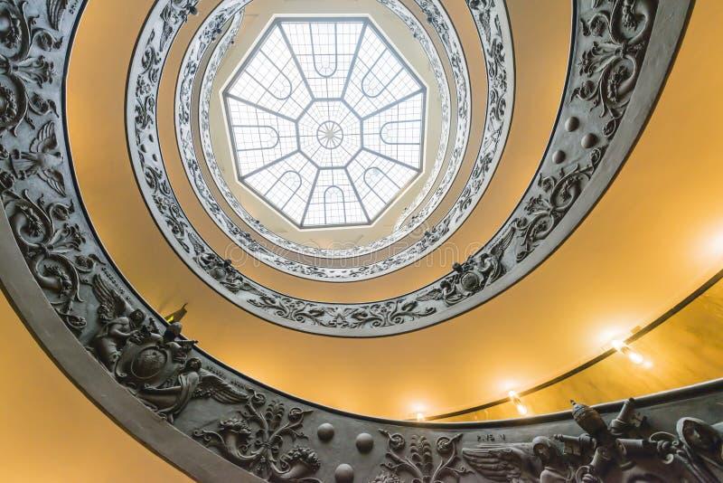 Escalera espiral de Bramante en los museos del Vaticano fotos de archivo libres de regalías