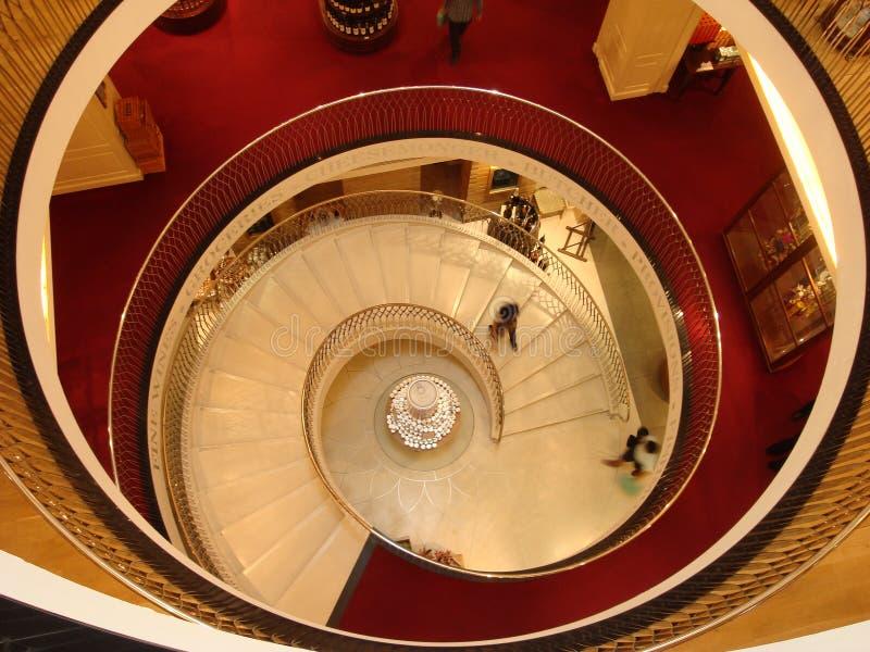 Escalera espiral en Harrods en Londres fotos de archivo