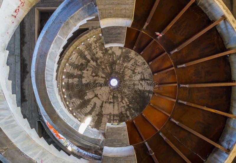 Escalera espiral en un extracto abandonado del hotel foto de archivo