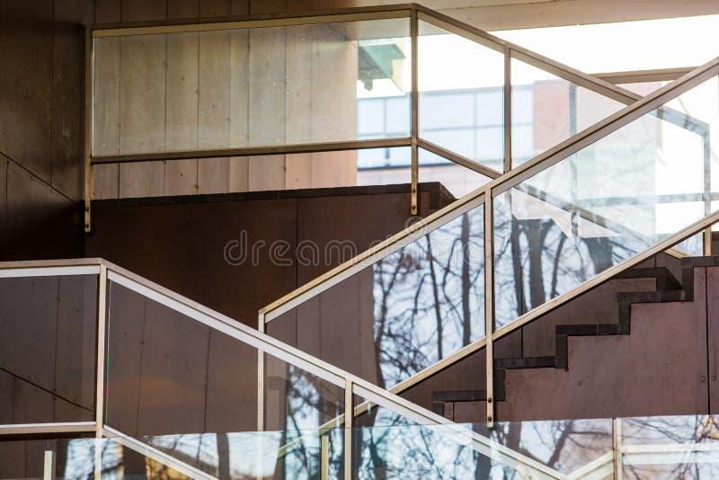 Escalera exterior adornada con el vidrio Configuraci?n moderna fotografía de archivo libre de regalías