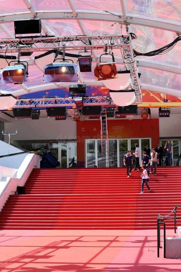 Escalera famosa de la alfombra roja en los festivales del DES de Palais y DES Congres en Cannes imagen de archivo libre de regalías