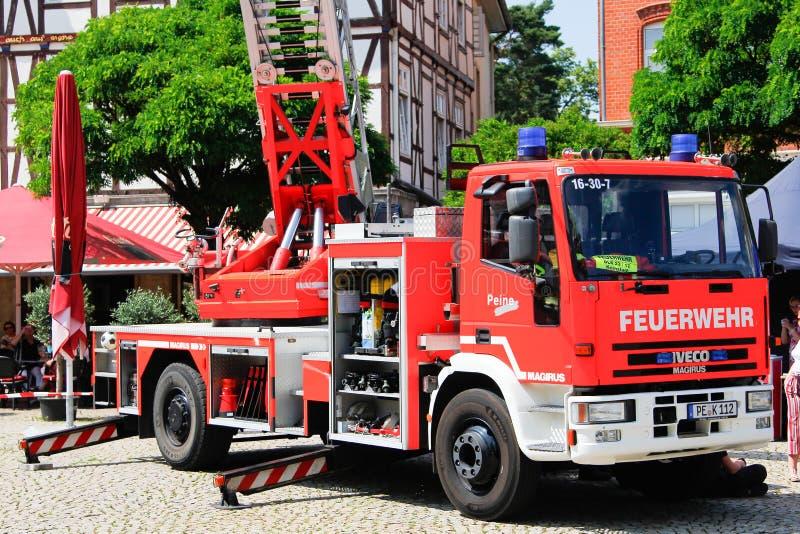 Escalera giratoria de Iveco Magirus del cuerpo de bomberos alemán Peine f fotos de archivo