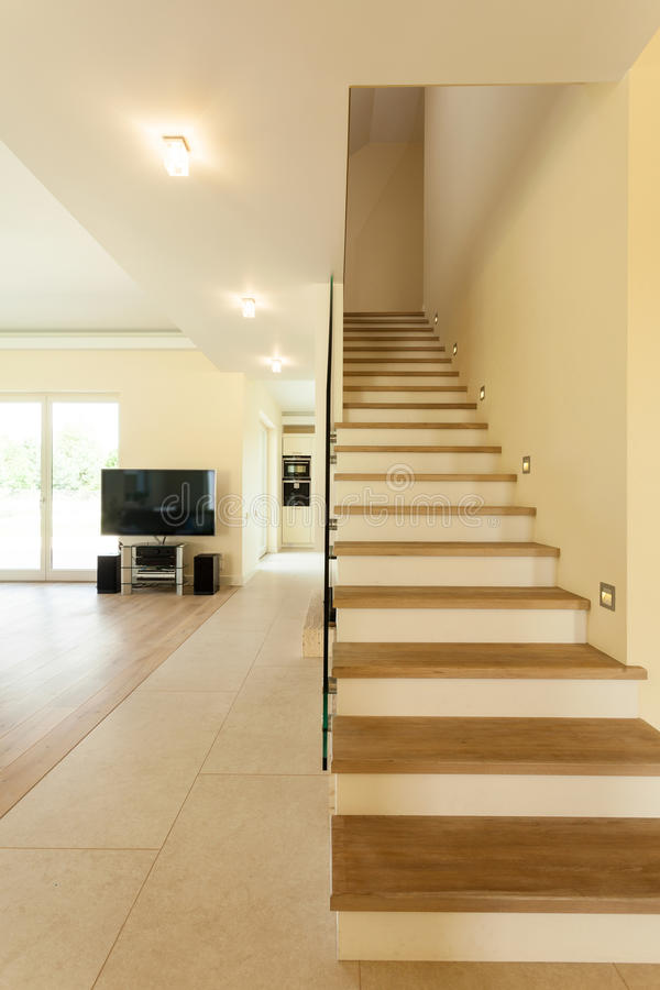 Escalera iluminada en casa moderna foto de archivo for Casa moderna vector