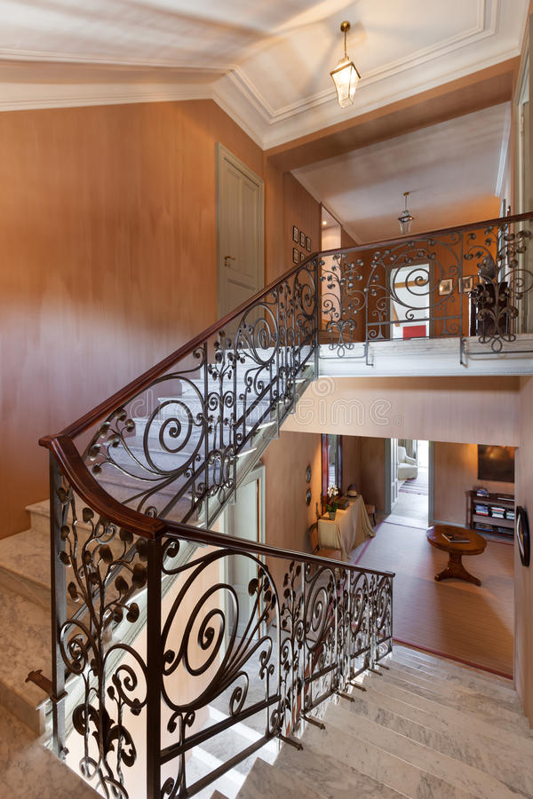 Escalera interior, magnífica en mármol imagen de archivo